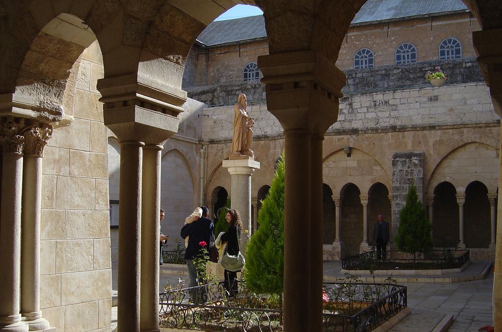 Bethlehem-بيت لحم: داخل كنيسة المهد