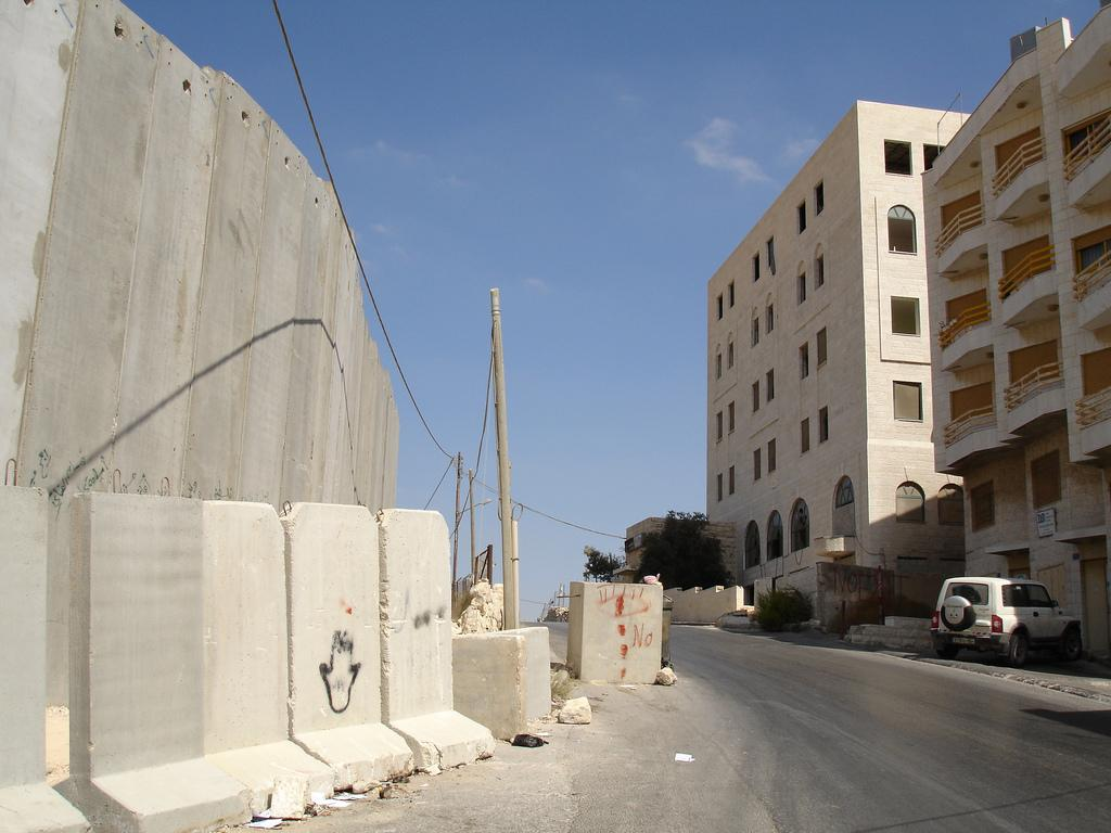 Bethlehem - بيت لحم : The wall, imagine this from your balcony. President Bush put down this Apartheid Wall