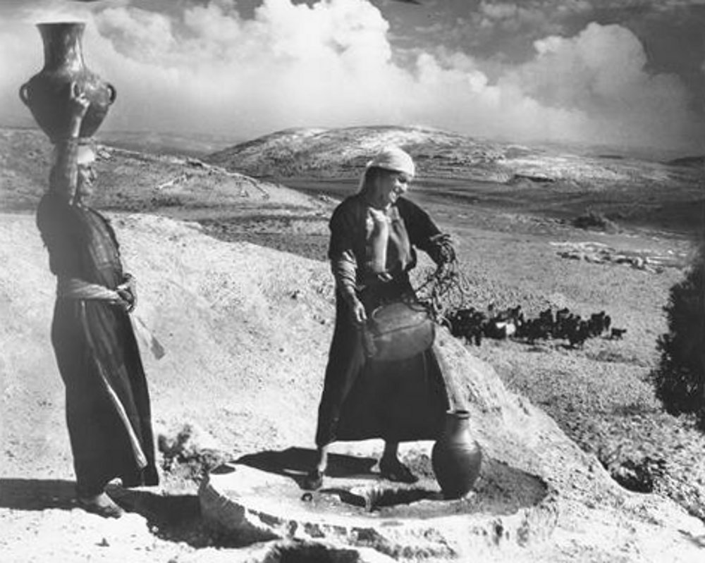 Bethlehem - بيت لحم : Women of Bethlehem 103 - Drawing water from well,  Beit Sahour (1939-45)