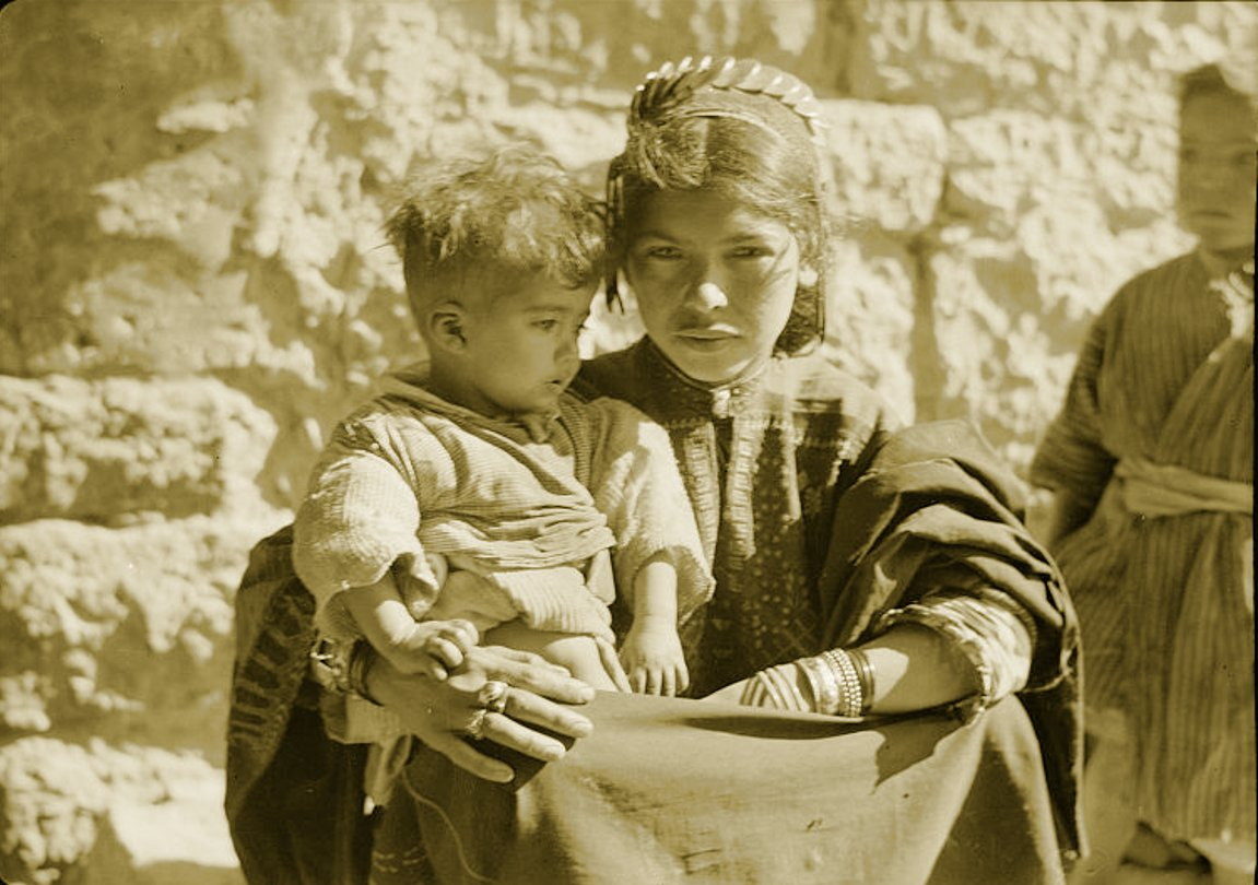 Bethlehem - بيت لحم : Women of Bethlehem 173 (late 19th, early 20th c.) - Young mother and child, circa 1930s