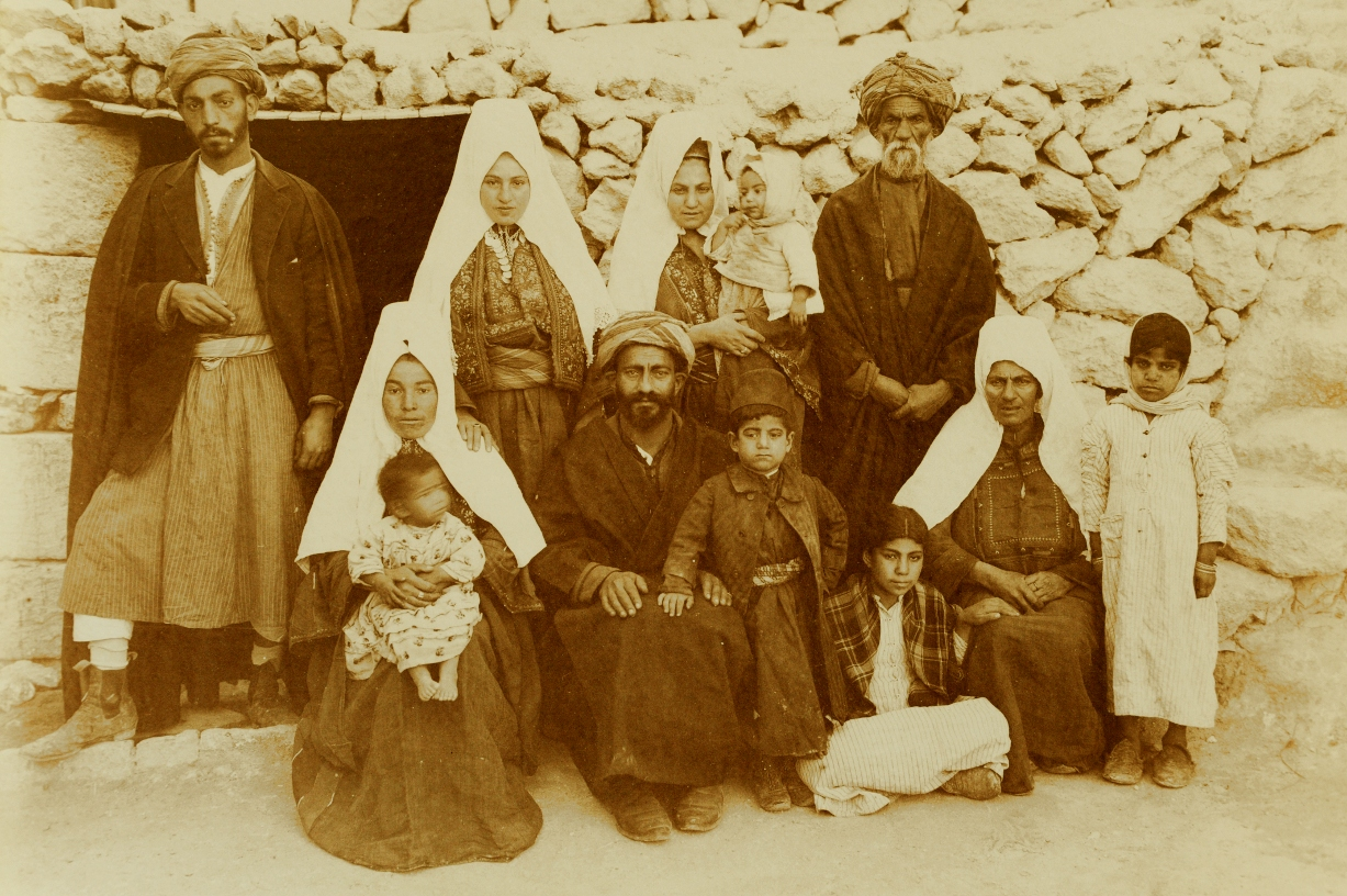 Bethlehem - بيت لحم : PALESTINE - Bethlehem, 1890s (early 20th c.) 154 - A Palestinian family of Bethlehem, ca. 1900 (American Colony Photographers)