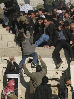 Gaza Jail Break - فك طوق الأسر عن اهل غزة : People of all ages trying to cross the broders, any comments?