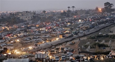 Gaza Jail Break - فك طوق الأسر عن اهل غزة : Palestinian cars are queuing to enter Egypt. Border towns ran out of goods very quickly