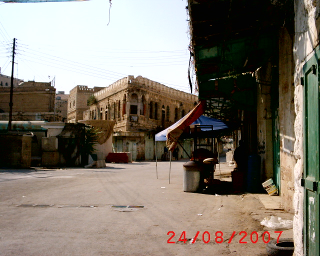 Hebron - الخليل : HEBRON, OLD CITY: THE BUILDING THAT WAS A HOSTAL IN THE PAST, NEXT TO A CHECKPOINT...