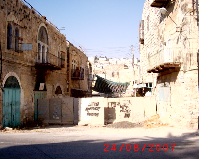 Hebron - الخليل : HEBRON OLD CITY: ONE STREET WITH OLD HOUSES DESTROYED, LOCATED IN THE LIMIT WHERE THE ISRAELI SOLDIERS MANAGE. HOUSES PALESTINIANS HAD TO LEAVE DUE TO HARASSMENT.