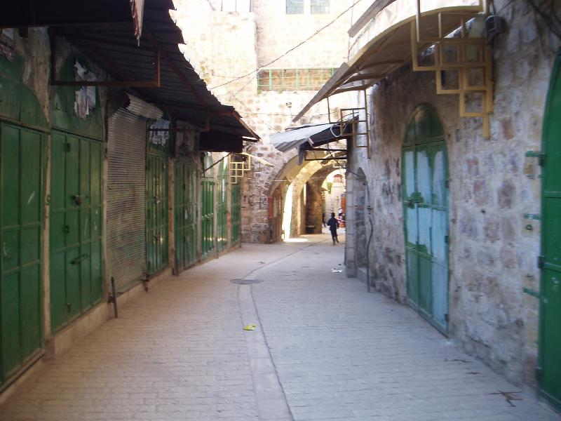 Hebron - الخليل : Casabah quarter, note how the shops are closed. Usually they are terrorized by the Israelis soldiers and settlers