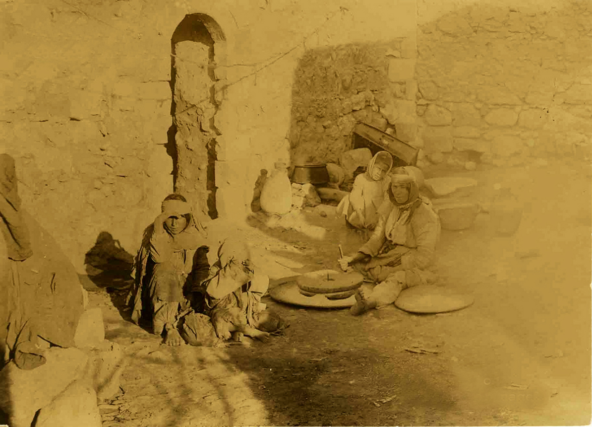 Jericho - أريحا : JERICHO - Late 19th, early 21th c. 23 - A Palestinian family of Jericho, circa 1917 (Photo by a German soldier during WW 1)