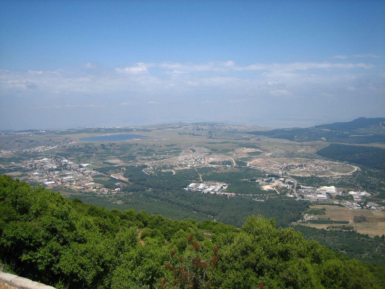 Safsaf-صفصاف: منظر عام جميل لموقع القرية اُخذ من قاعدة الجيش الاسرائيلي الموجودة على قمة جبل ميرون وتظهر قرية الجش وبركتها.