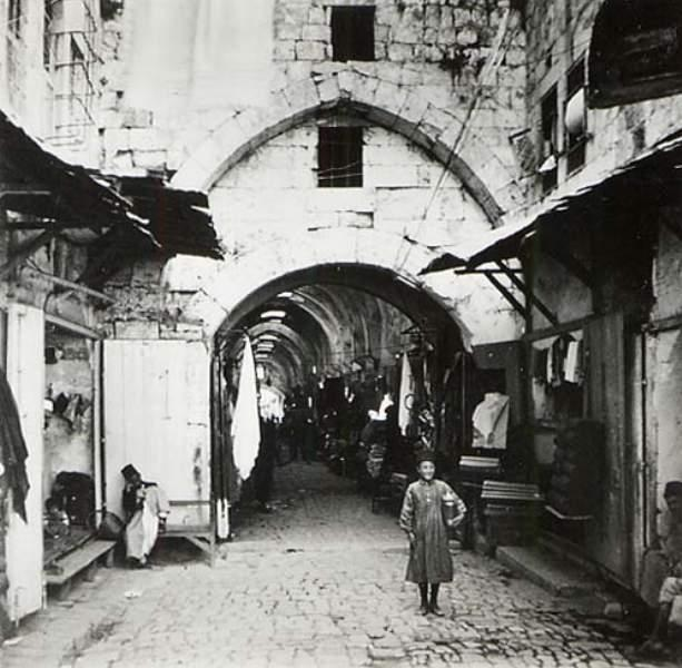 Nablus - نابلس : An old picture of the old market (Khan)