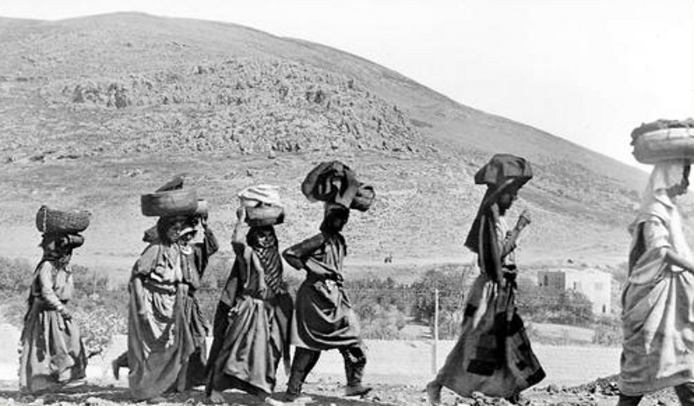Nablus - نابلس : NABLUS - Arab refugee women returning to their homes carrying their household effects; Mt. Ebal in background. At foot of Mt. Gerezim, 1918