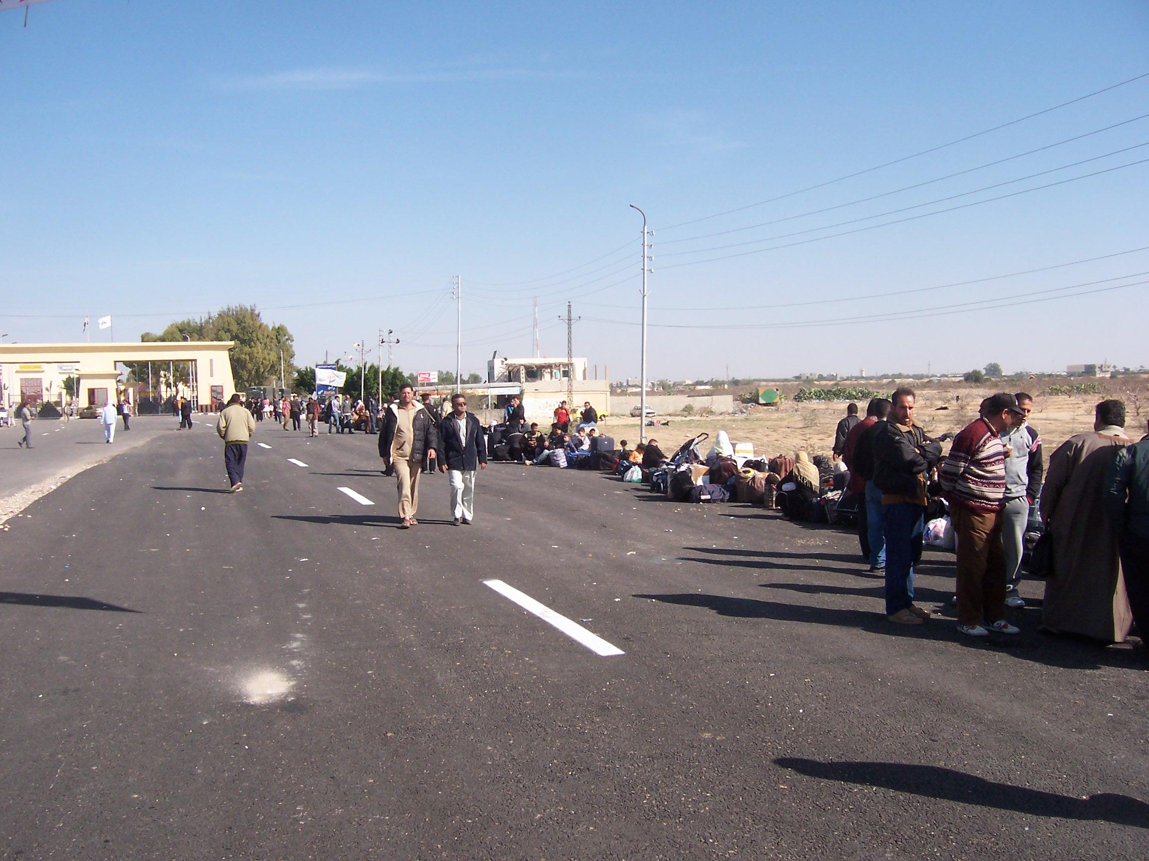 Rafah - رفح : The border crossing with Egypt, look at the queue
