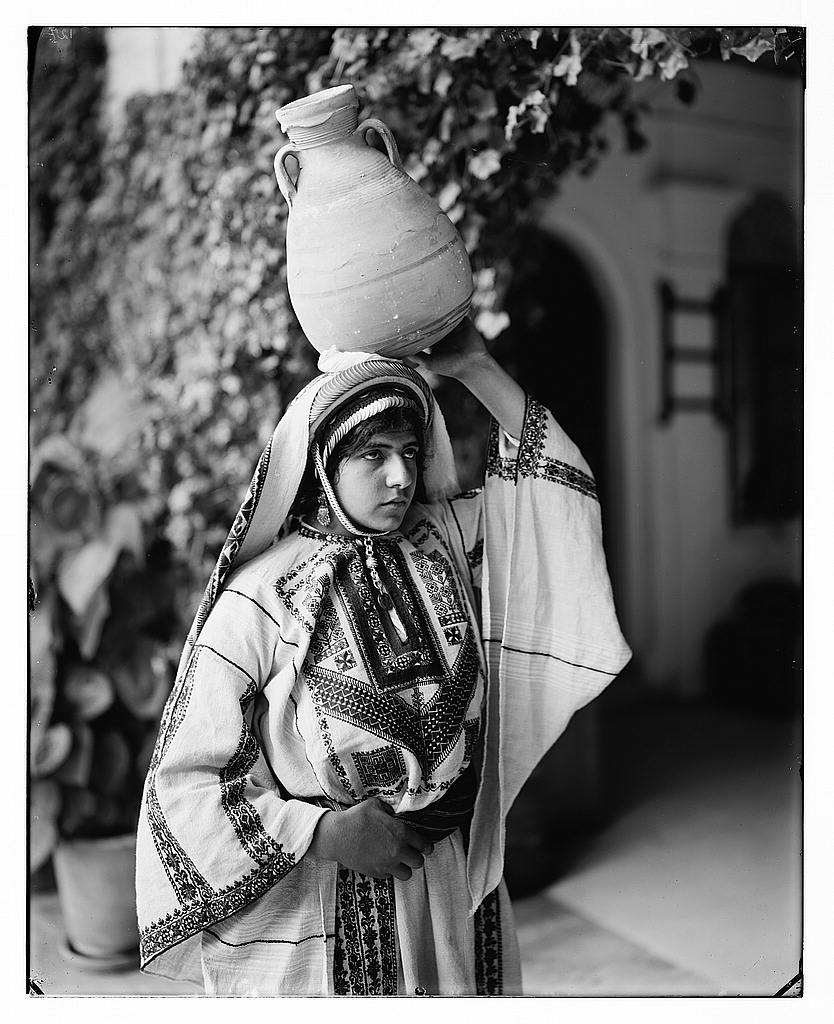 Ramallah - رام الله : A Ramallah woman in her tradition Palestinian dress, Matson Collection (1898-1946)
