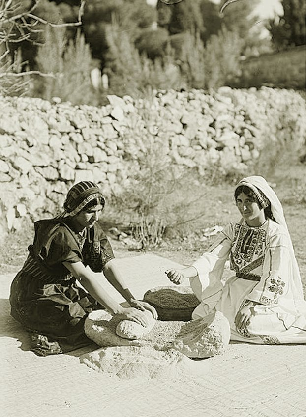 Ramallah - رام الله : Ramallah - Rubbing and grinding wheat, Early to mid. 20th c.