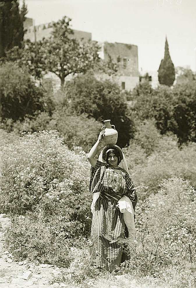 Ramallah - رام الله : Peasant girl from the Ramallah area, early 20th c. (Betunia)
