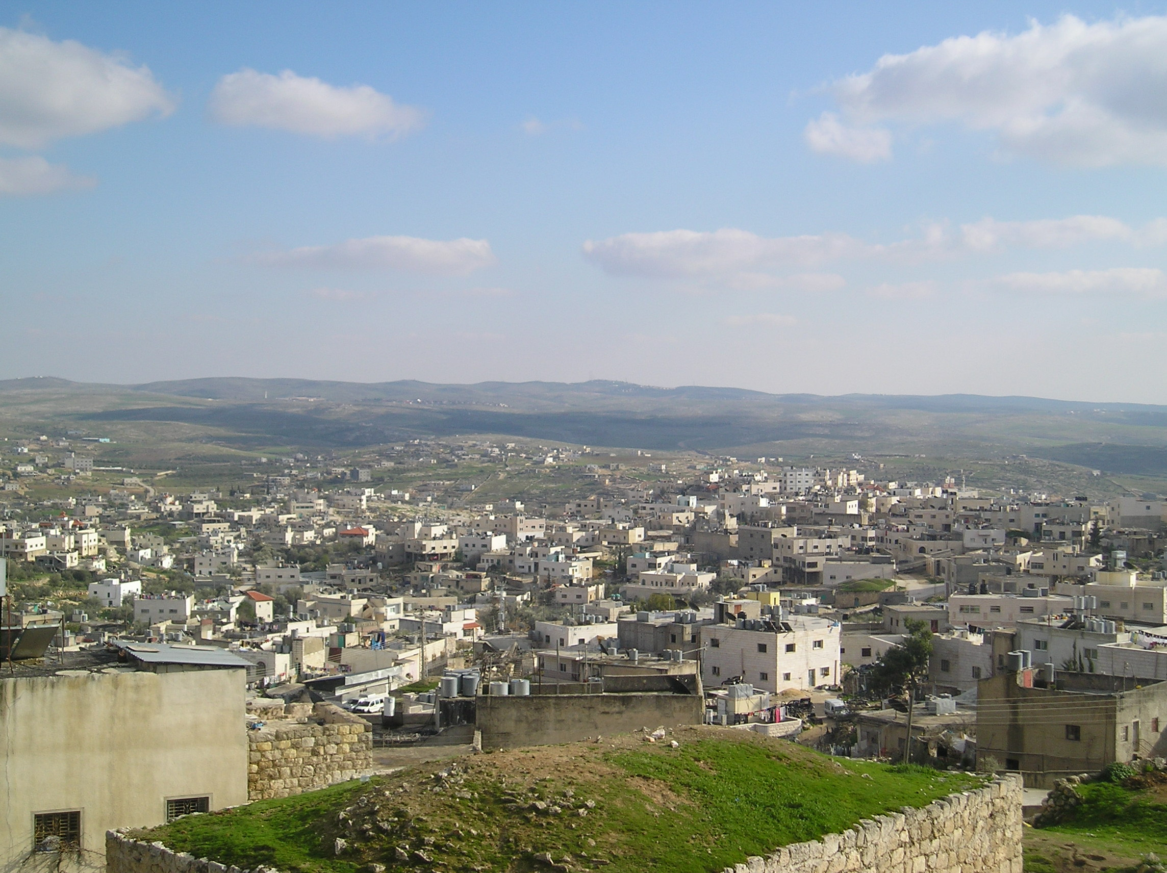 Yatta-يطّا: يطا ومنظر عام للبلده ويظهر على السفح الجبل مستوطنه سوسيا