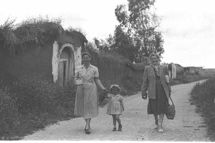 Bayt Dajan - بيت دجن : New Jewish Settlers In Bayt Dajan Very Happy For The New <b>LOOT</b>, 1949
