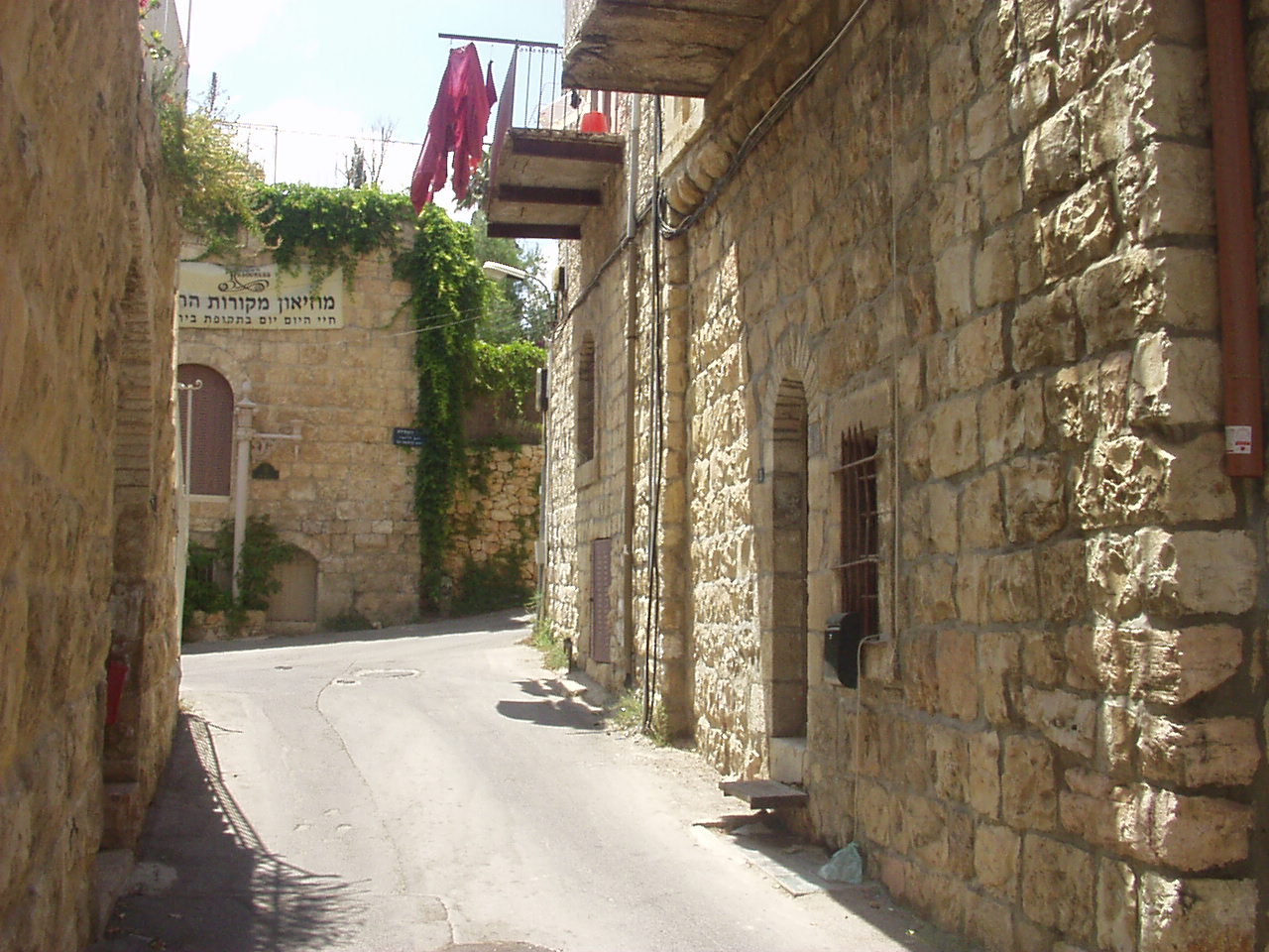 'Ayn Karim - عين كارم : An Ein Karim alley way in the OLD quarter, June 2002