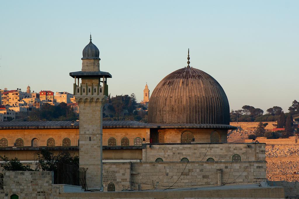 ألمسجد الأقصى والمأذنة الفخرية. الصوره مأخوذة من الجهة الغربية.