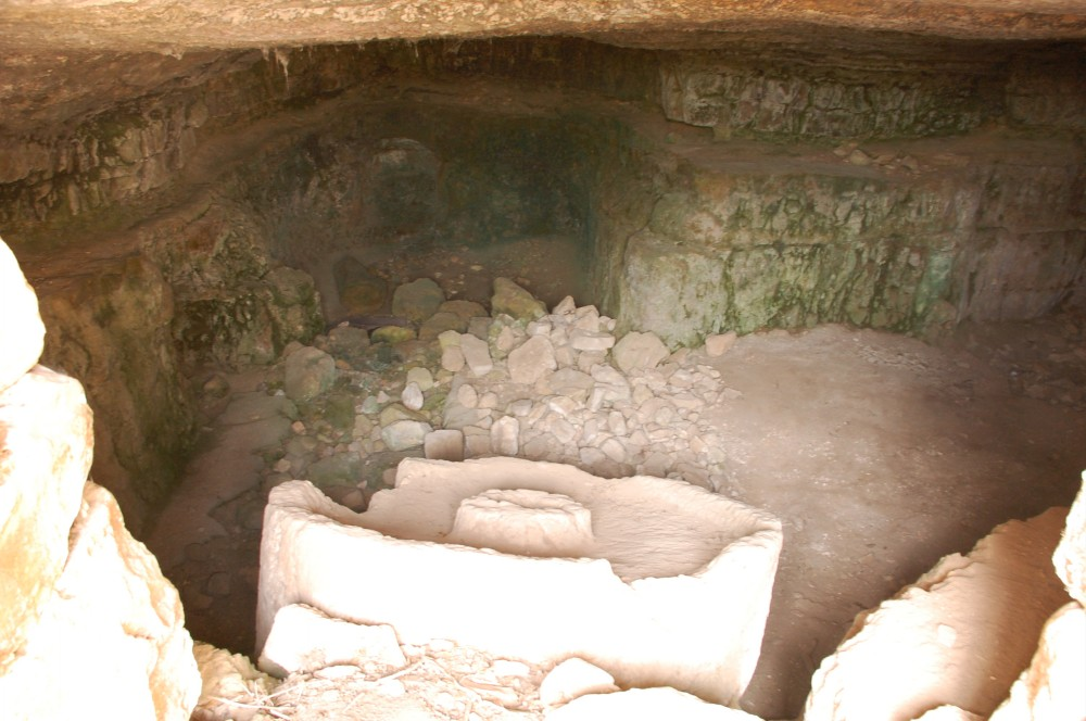 Saris - ساريس : inside the house-cave in Saris with mill stone inside