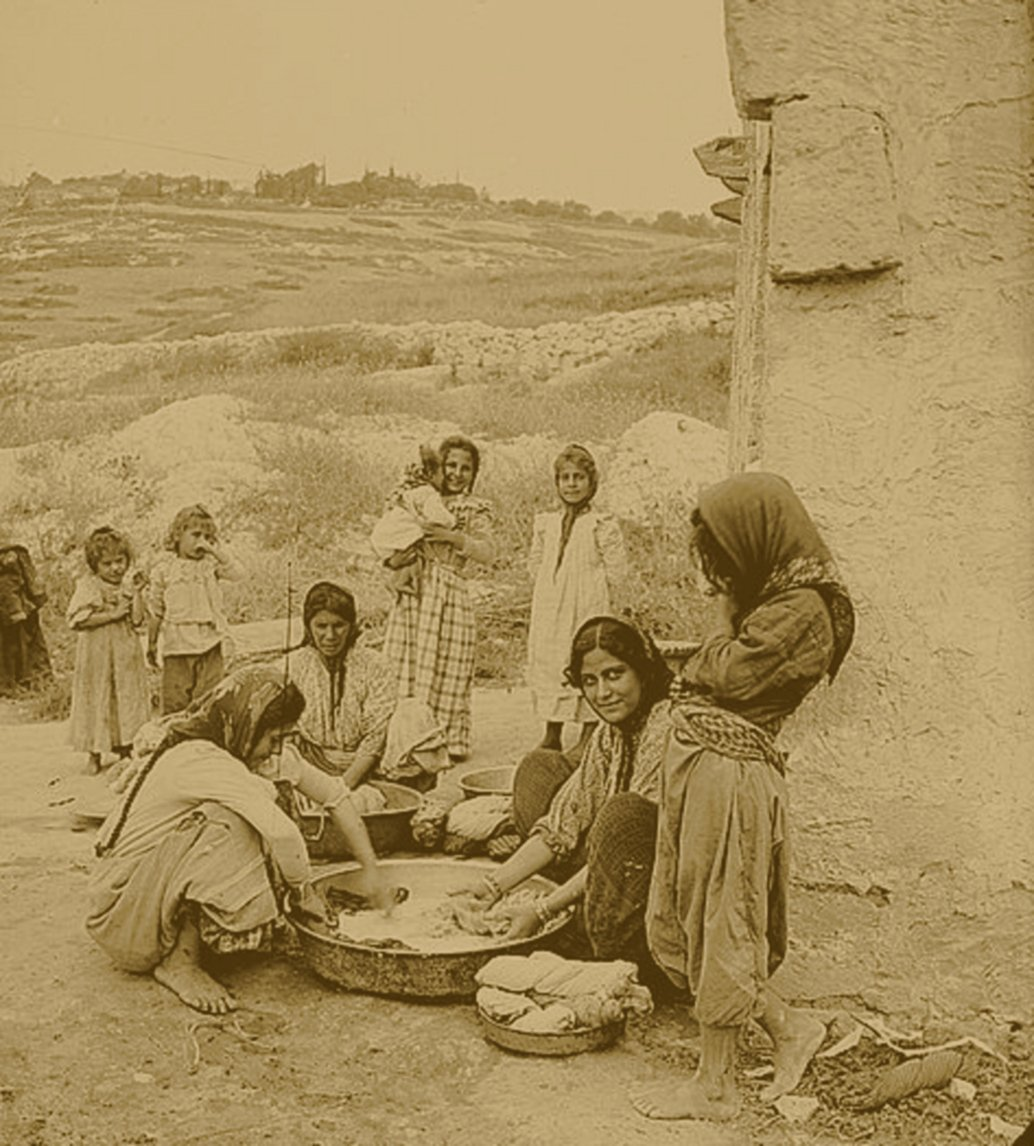 Nazareth - الناصرة : NAZARETH - Late 19th, early 20th c. 28 - The family washing, Nazareth, Palestine 1905