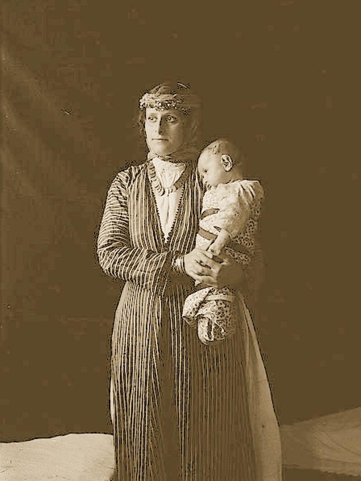 Nazareth - الناصرة : Women of Nazareth 27 (Late 19th, early 20th c.) - Mother and baby (Matson collection)