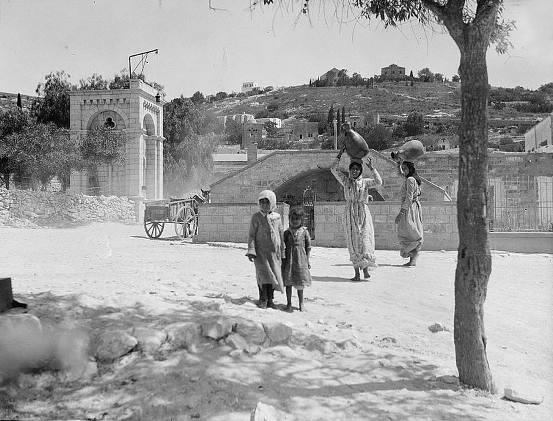 Nazareth - الناصرة : Women of Nazareth 28 (Late 19th, early 20th c.) -  Girls carrying water-jars, Mariam's (Virgin's) spring (Matson collection)