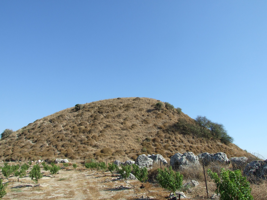 Abil al-Qamh - آبل القمح : The northern edge of the hill