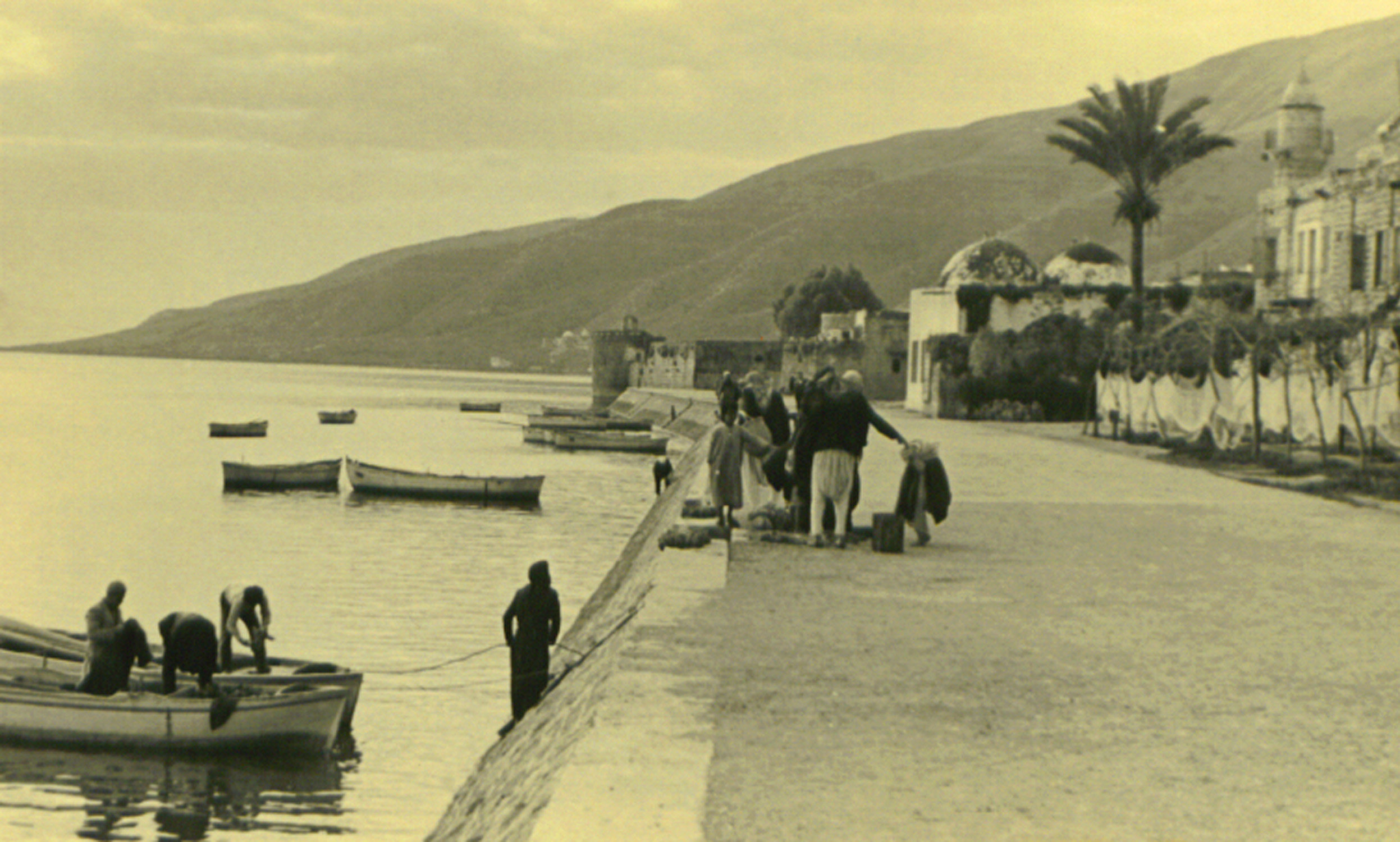 Tiberias - طبريه : Fishermen next to Al Bahr mosque, Tiberias, 1940