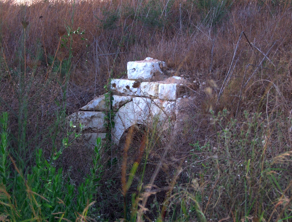 Dayr Tarif - دير طريف : Near the entrance to Moshav Beit Arif. Remains of an old bridge and the old road.