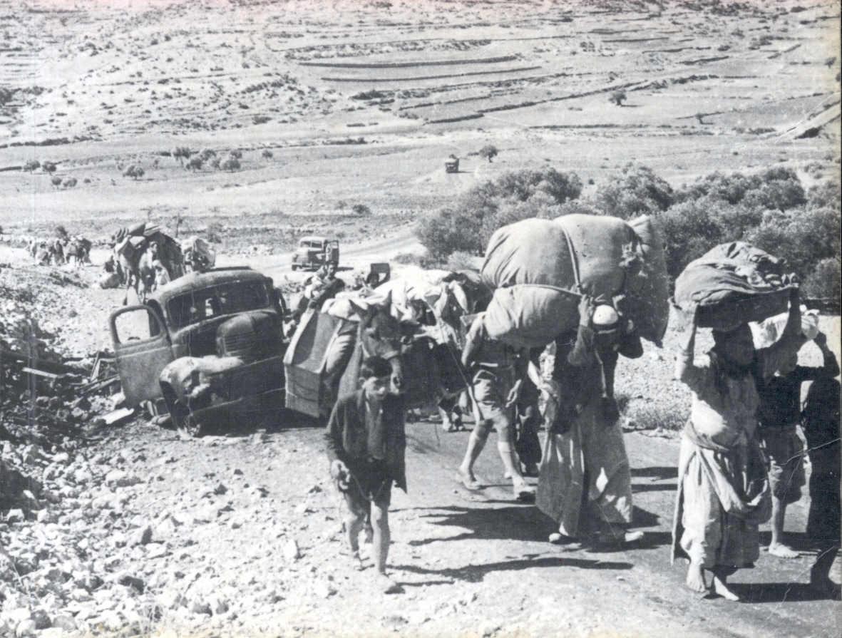لاجئين فلسطينين في طريقهم للبنان بعد تطهيرهم عرقياً، اُنقر الصورة لتكبيرها